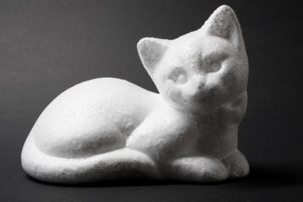 Styropor-Katze, liegend