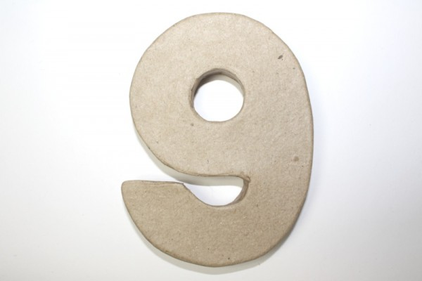 Zahl 9, 10 x 1 cm, aus Pappmachè